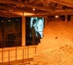 La proiezione nella suggestiva sala affacciata sugli scavi archeologici.